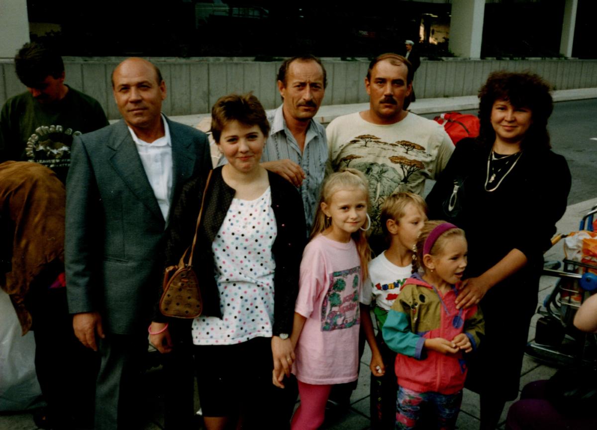 Dieses Bild hat ein leeres Alt-Attribut. Der Dateiname ist Familie-Frankf-Flughafen-1200x864.png